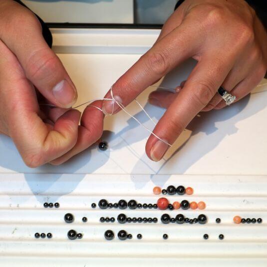 Enfilage perles corail et onyx par la Maison Lelieur